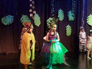 خلال مسرحية يؤديها طلاب نادي »عربراما»